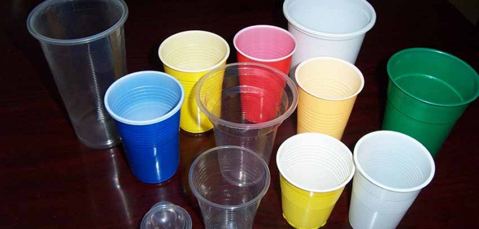Things to consider while handling plastic cups at restaurant